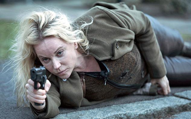 La actriz sueca Sofia Helin interpreta a Saga Norén, quien desde el lado sueco, y Martin Rohde, del danés, conducen la investigación para atrapar al asesino