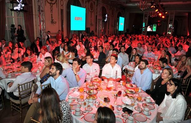 Más de 700 invitados, la mayoría del sector publicitario argentino, llenaron los tres salones habilitados para el evento en el lujoso Alvear Palace Hotel de la ciudad de Buenos Aires.