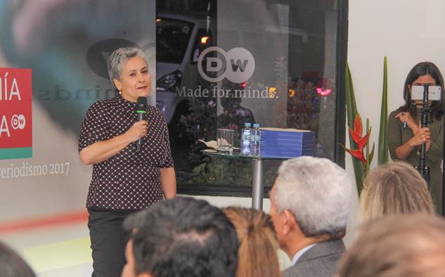 Cristina Peláez, del departamento de Distribución de DW, presenta la premiación en Bogotá.