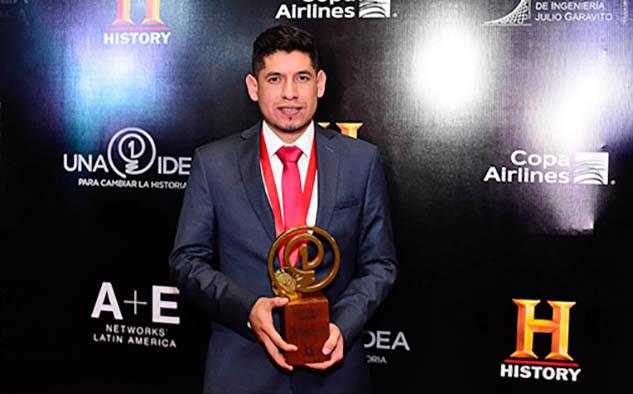 Moisés Venegas de México, obtuvo el primer premio por su trabajo 'Aselus: Soluciones de energía solar con tecnología sustentable'.
