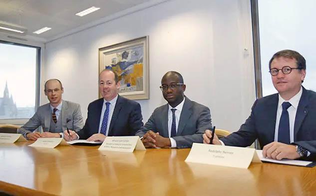 El contrato fue firmado en el Ministerio de Negocios, Energía y Estrategia Industrial del Reino Unido. Participaron en la ocasión (de izq. a der.), Graham Turnock, director de la agencia espacial británica, Nicolas Chamussy, director general de Space Systems, Airbus, Sam Gyimah, ministro británico de Universidades, Ciencia, Investigación e Innovación, y Rodolphe Belmer, director general de Eutelsat.