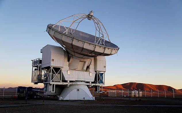 Imagen del telescopio Experimento Pionero de Atacama (APEX) uno de los ocho radiotelescopios terrestres que participaron en este proyecto.