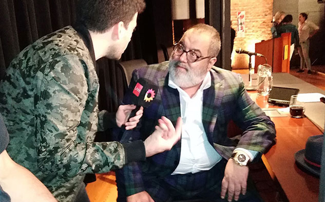 """Jorge Lanata, abordado por la prensa, segundos después de presentar """"Codicia""""."""