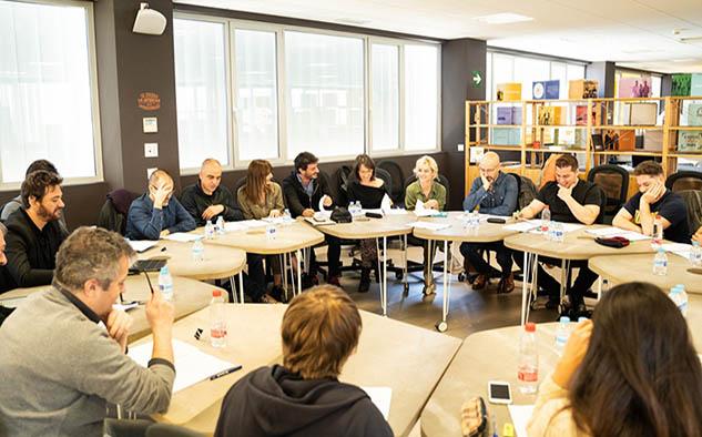 Actores y equipo de dirección durante una lectura del libreto de Malaka en Málaga.