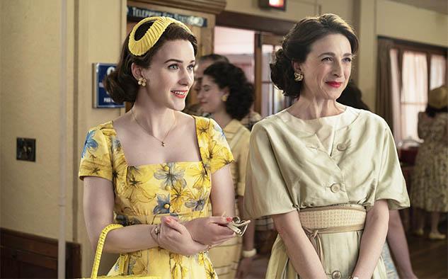 """De la serie """"The Marvelous Mrs. Maisel"""", destacan las nominadas Rachel Brosnahan (mejor actriz de comedia) y Marin Hinkle (actriz de reparto de comedia)."""