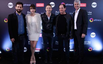 Mariano César, de TNT; Inés Estévez, Adrián Suar, de Pol-ka; Julio Chávez y Antonio Álvarez, gerente de Programación de Cablevisión, en la presentación pública de la miniserie.