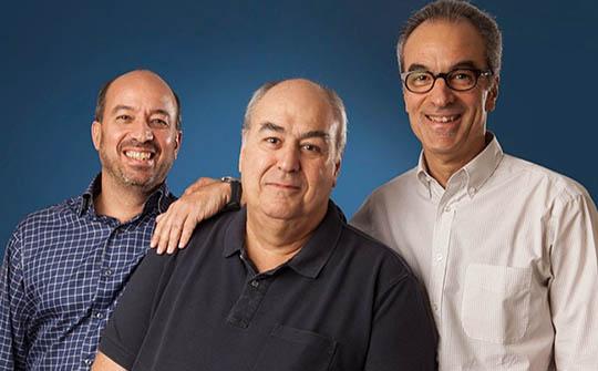 Roberto Irineu Marinho (centro), rodeado por José Roberto Marinho (a su izquierda) yJoão Roberto Marinho.