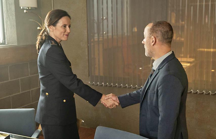 Aitana Sánchez-Gijón (aquí con el actor principal del seriado, Javier Gutiérrez Álvarez) interpreta a Verónica, la nueva inspectora de Policía en el distrito de Vallecas.