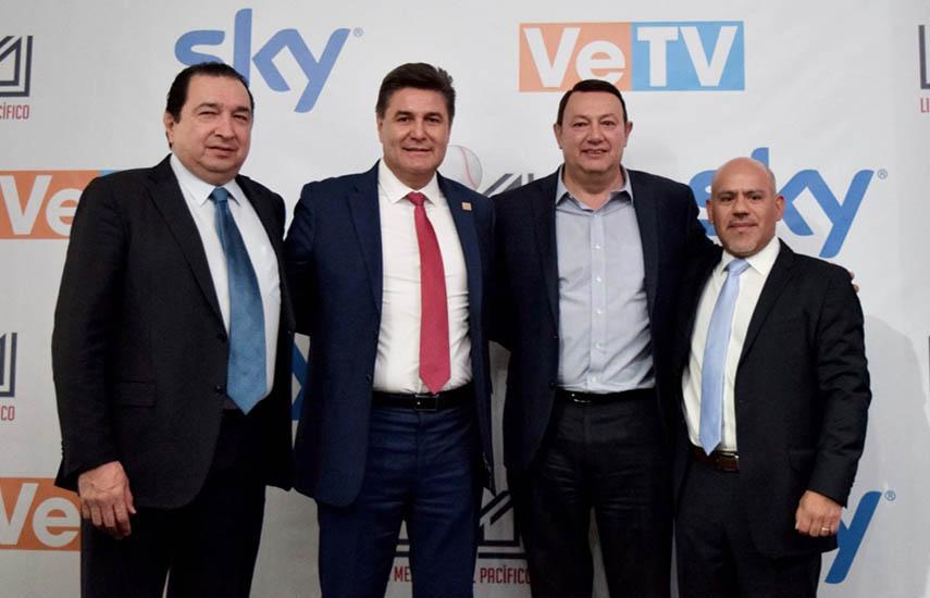 Los ejecutivos de Sky y de la LMP tras la firma del acuerdo en Ciudad de México.