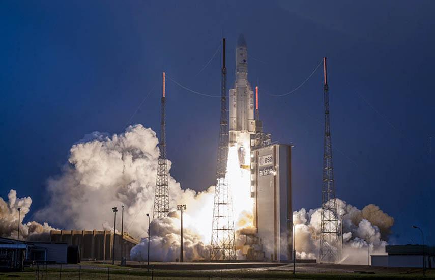 Los dos satélites brindarán apoyo a las telecomunicaciones en tres continentes.