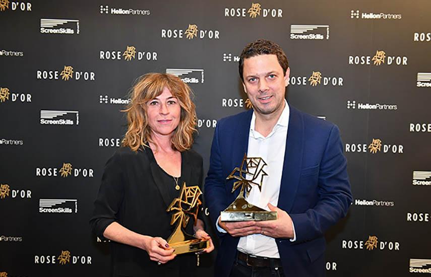 La productora de Chernobyl, Sanne Wohlenberg y el productor ejecutivo, Chris Fry, con los dos premios recibidos.
