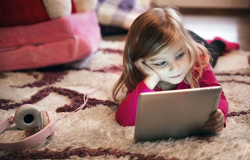 La preocupación por la exposición de menores a contenidos audiovisuales que perjudiquen a su desarrollo físico y mental continúa siendo alta (por encima del 80%).  (Foto: Freepik)