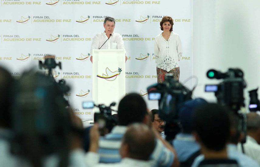 Presidente de Colombia Juan Manuel Santos con reporteros en Cartagena que cubren firma del tratado de paz con las Farc (foto: Nelson Cárdenas / SIG)