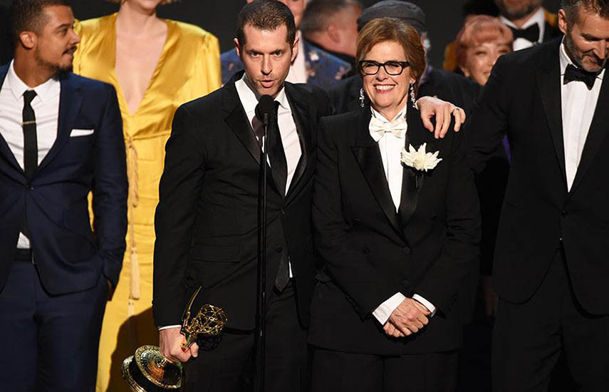 D.B. Weiss junto al equipo de 'Games of Thrones' celebra el Emmy como Mejor serie Dramática, uno de los 9 galardones obtenidos.