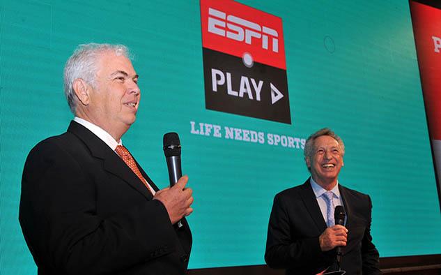 Guillermo Tabanera, SVP y gerente general de ESPN Latinoamérica, junto a Quique Wolf en sus palabras de bienvenida a los invitados del Upfront 2019.