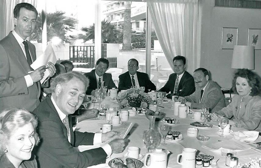 Dom Serafini (parado, a la izquierda) en MIP-TV 1983, como anfitrión del desayuno de presentación de L.A.Screenings, realizado en el Hotel Martínez, en Cannes.