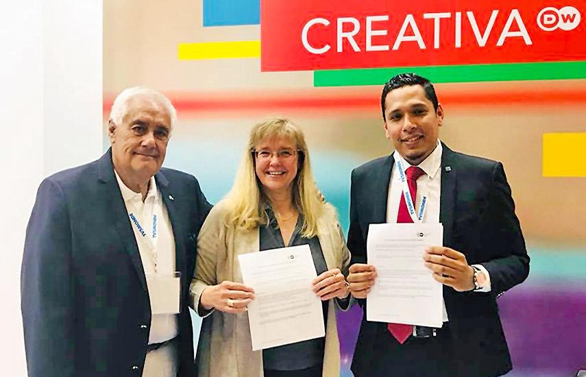 Manuel Méndez, enlace institucional de DW, Silvia Viljoen, directora de distribución para América de la DW y Dennys Alonso Gómez Saucedo, director general del SRTN.