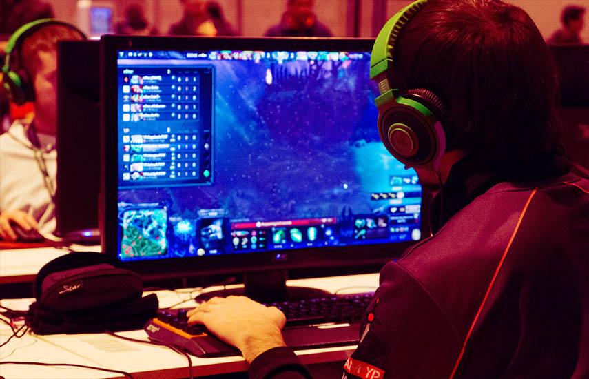 Jugador de Dota 2 compitiendo en el torneo Gamergy 2014.