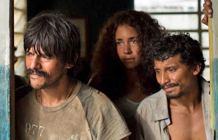 En los caños del río Arauca, Pinilla (Vicente Quintero) y Chumba (Giovanny García) son dos hombres humildes que sobreviven un ataque armado en donde mueren 14 de sus compañeros.