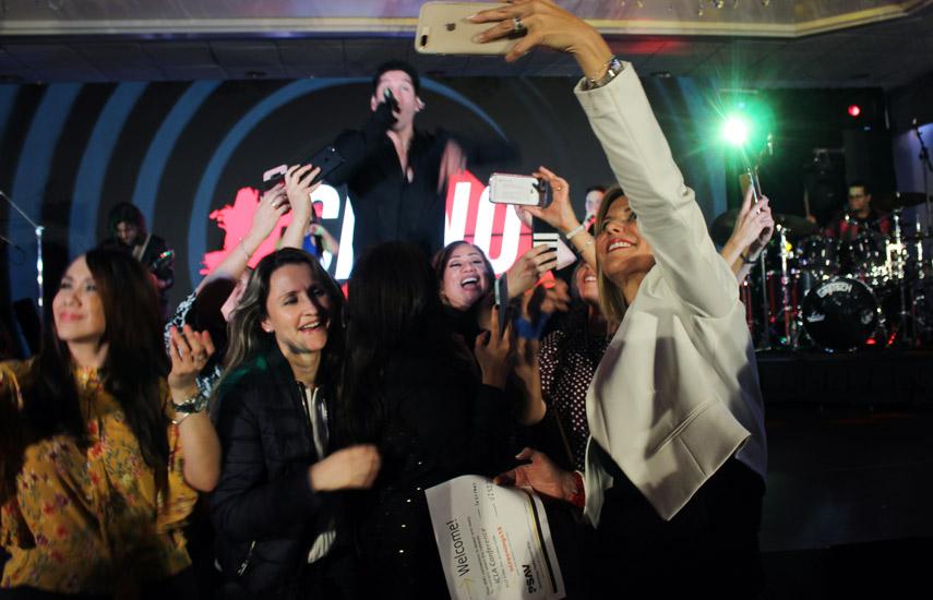La fiesta inaugural de Olympusat con la presentación del cantante Chyno Miranda.