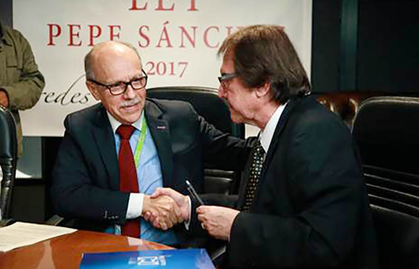 El acuerdo queda sellado en la sede del canal en Bogotá..