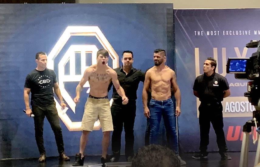 Diego Lopes y el veterano costarricense Alejandor Mandarina durante el pesaje.
