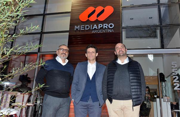 José DAmato (Grupo Mediapro América del Sur), Daniel Burman (Oficina Burman) y Javier Méndez (Grupo Mediapro) en la alianza de coproducción de julio pasado.