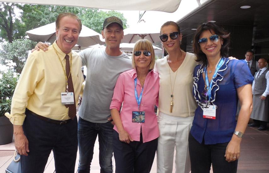 Dom Serafini, fundador y editor responsable de VideoAge en Natpe Budapest junto a Rocco Siffredi, su esposa Rozsa y las ejecutivas de Mediaset, Sonia Danieli y Manuela Caputi.