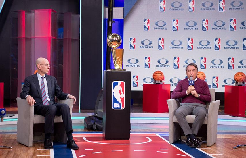 El Comisionado de la NBA, Adam Silver, y el presidente ejecutivo del Consejo de Administración de Grupo Televisa, Emilio Azcárraga Jean, durante el anuncio.