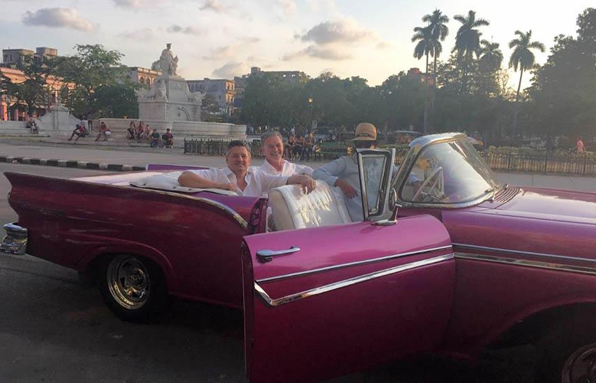 """Los dos CEOs de Netflix hace 4 años en Cuba, compartiendo asiento. Algo que ya ha estado ocurriendo en el comando de Netflix como lo reconoce Hastings:""""En términos del funcionamiento diario de Netflix, no espero que (el funcionamiento) cambie mucho. Nuestros grupos de liderazgo ejecutivo clave no han cambiado. La merecida promoción de Ted formaliza el cómo ya manejamos el negocio hoy""""."""