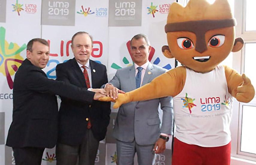 Francisco José de la Fuente (Mediapro), Jaime Reusche (Lima 2019) y John Chuman (Lima 2019) acompañados de Milco, mascota del evento.