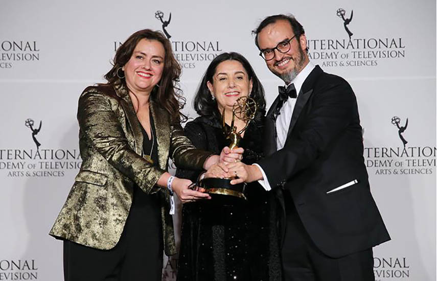 Claudia Sánchez y Juana Uribe, recibiendo el Emmy a Mejor Telenovela