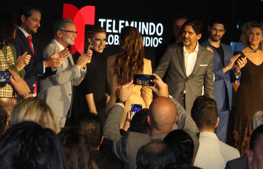 Marcos Santana rodeado del talento de las nuevas producciones de Telemundo en el screening de la empresa en el Eden Roc.