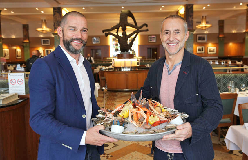 La serie sigue al prestigioso maître d' Fred Sirieix (izq.) cuando se une a expertos en cocina establecidos, incluidos chefs de TV, restauradores y críticos de cocina, en sus lugares favoritos para comer en toda Europa.