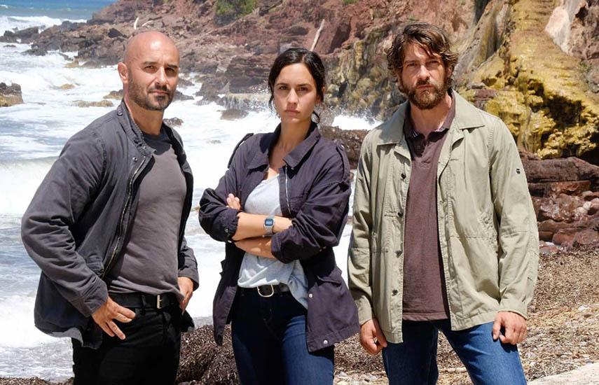 En la serie el sargento Selva, interpretado por Félix Gómez, llega al pequeño pueblo de Tramuntana tras su compañera Sara Campos (Megan Montaner).