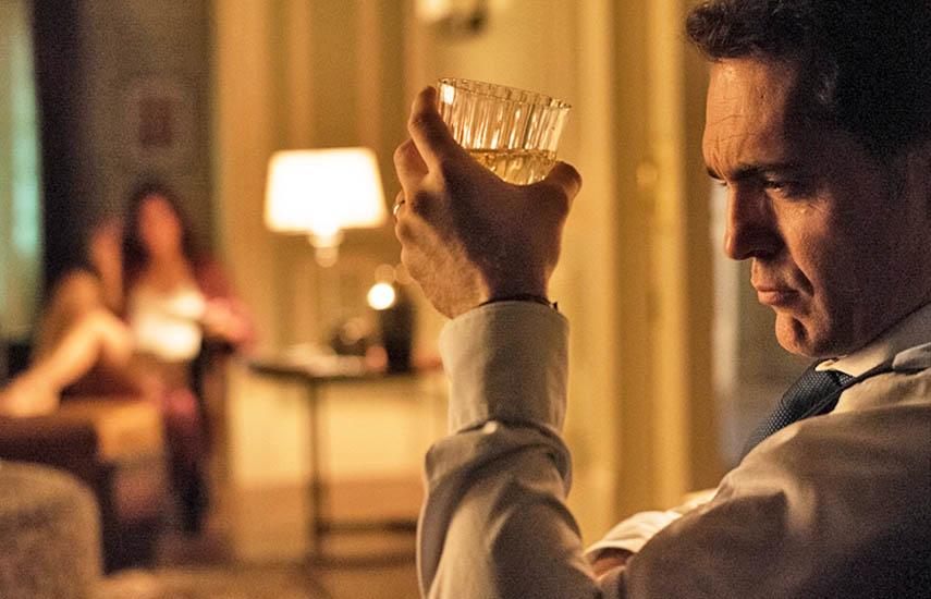 La actriz española Ana Belén y el actor del momento Pedro Alonso se unen a un elenco estelar que promete mantener al público altamente involucrado en cada capítulo.