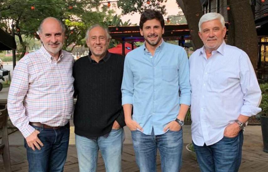 Guillermo Campanini (Viacom), Gustavo Yankelevich (RGB), Darío Turovelzky (Viacom) y Víctor González (RGB) al cierre de la reunión en la que se concretó la alianza.