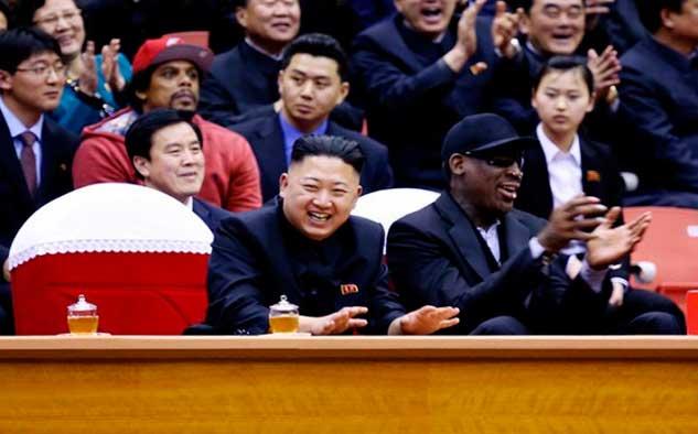 """Una de las ocurrencias recientes de Vice, que la ha llevado a ganar muchos titulares, fue la de reunir al el ex jugador de la NBA, Dennis Rodman, y el líder de Corea del Norte Kim Jong-un, en una """"misión de diplomacia del baloncesto en tierras norcoreanas"""", junto a tres miembros de los Harlem Globetrotters."""