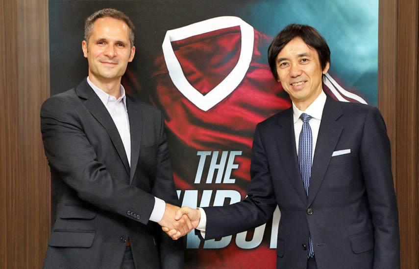 Robert Franke, vicepresidente de ZDFE.drama en ZDF Enterprises, y Toru Ota, director gerente ejecutivo sénior de Fuji Televison Network,Inc., tras la firma del acuerdo.