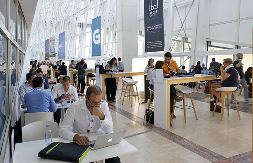 Numerosas compañías del mercado se mostraron en la zona de reuniones del Conecta Fiction durante la primera jornada.
