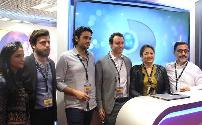 Ejecutivos de los dos grupos tras el anuncio, hecho en el stand de Kanal D.