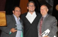Diego Palmar, agasajado por Megatrax, Willy Rivera, Director de Business Development Latam y Ron Mendelsohn, CEO de Megatrax, The Sound of Entertainment.