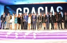 El talento de Telemundo encabezados por sus principales ejecutivos, Marcos Santana, César Conde y Luis Silberwasser